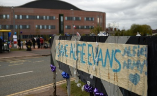 Przed szpitalem Alder Hey w Liverpool'u, 26.04.2018 r. / FOT.OLI SCARFF / AFP/EAST NEWS