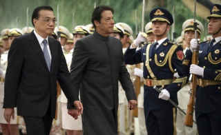 Premier Pakistanu Imran Khan i premier Chin Li Keqiang podczas spotkania w Pekinie, 3.11.2018 r. / Fot. Mark Schiefelbein / AP/Associated Press/East News