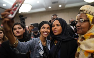 Ilhan Omar robi selfie ze swoimi zwolennikami po wygranych dla niej wyborach do Kongresu, Minneapolis, 6 listopada 2018 r. / Fot. Star Tribune/Associated Press/East News