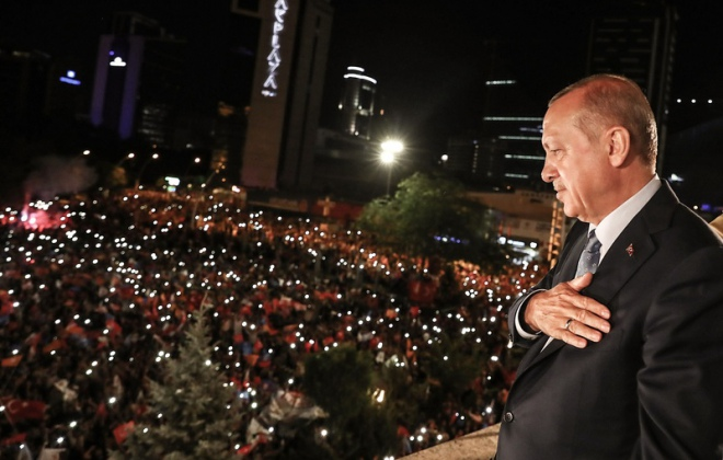 Prezydent Recep Tayyip Erdogan pozdrawia swoich zwolenników zgromadzonych pod siedzibą partii AKP w Ankarze, 24 czerwca 2018 r. / FOT. TURKISH PRESIDENTIAL PRESS SERVICE / KAYHAN OZER / AFP PHOTO / EAST NEWS