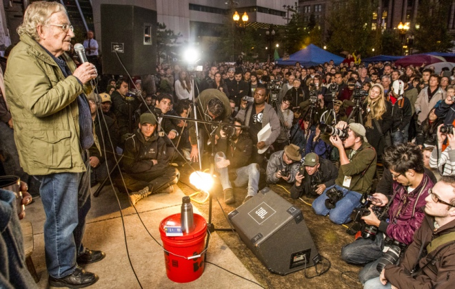 Noam Chomsky na wiecu Occupy Boston, październik 2011 r. / Fot. Matthew J. Lee / The Boston Globe / Getty Images